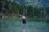 Luisa (Rosalie Thomass) ist verzweifelt und ins kalte Wasser des Sees gerannt. Foto: ZDF/Hendrik Heiden